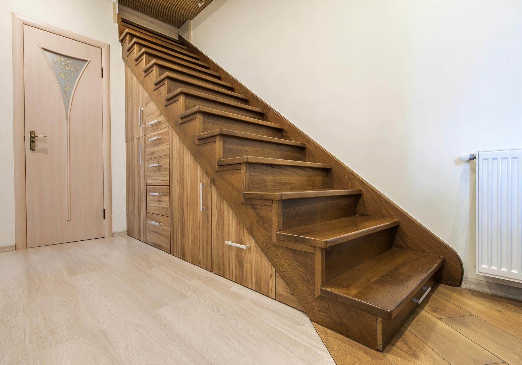 Créez des meubles design sous escalier